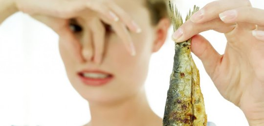 Запах гнилой рыбы - главный