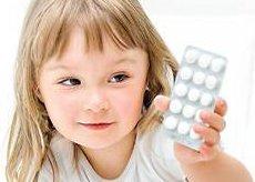 Таблетки в руках у ребенка